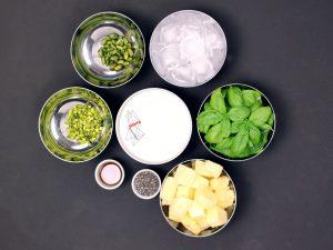 Ananas-Basilikum-Smoothie-Zutaten